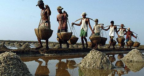 Habitantes d euna zona afectada por el 'Nargis' cargando sal.   Ap