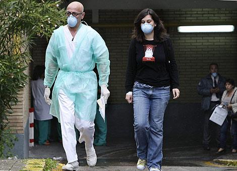 Un médico y una paciente con mascarillas, este domingo en La Fe de Valencia | Benito Pajares