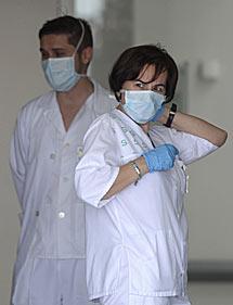 Personal sanitario del hospital de Almansa con mascarilla. | AFP