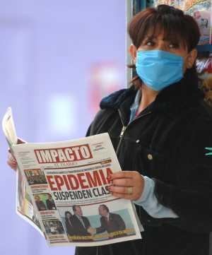 Una vendedora de prensa en Ciudad de México se protege con una mascarilla (Foto: Efe)