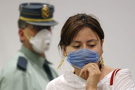 Una joven con mascarilla en la T1 del Aeropuerto de Barajas. | Efe