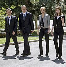 Sarkozy y Zapatero, con sus esposas.   Efe