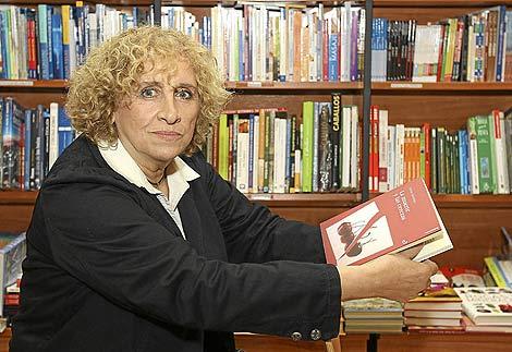 La escritora Elena Santiago posa con su nueva novela. | J. M. Lostau