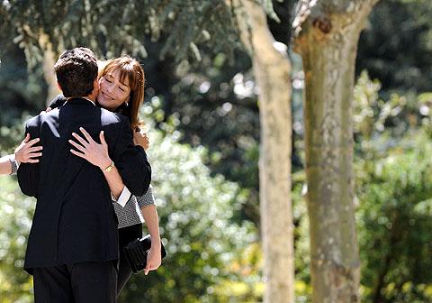 Bruni abraza a Sarkozy durante su viaje a España. | AFP