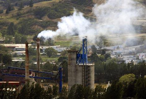 Una chimenea arroja humo en una zona industrial de la provincia de Cartago (Costa Rica). / Efe