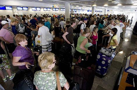 Turistas japoneses y británicos se agolpan en el aeropuerto de Cancún a la espera de ser evacuados. | Reuters