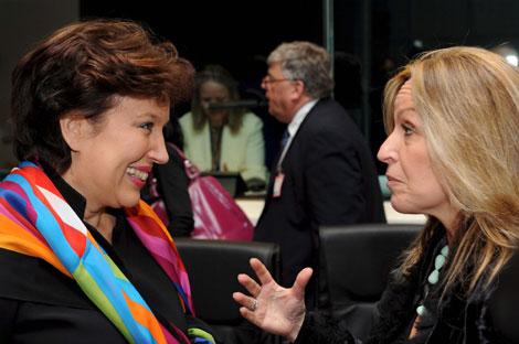 Jiménez charlando con su homóloga francesa antes de la reunión de ministros de Sanidad de la UE | Efe