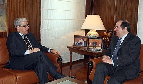 El presidente de la Junta, Juan Vicente Herrera, recibe al embajador de Portugal, Álvaro Medonça e Moura. | Ical