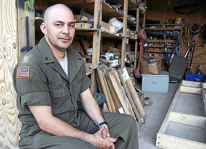 El cubano Alexander Couretm, en el taller en el que trabaja en el 'Valle de la muerte'. | Mònica Bernabé