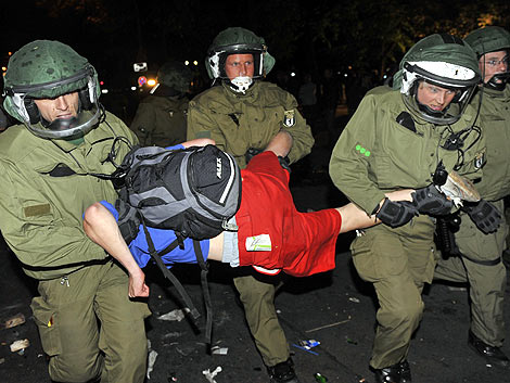 La policía sujeta a un manifestante en Berlín. | Ap
