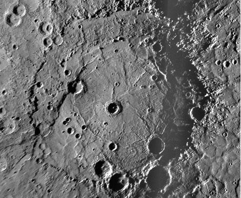 El cráter 'Rembrandt' de Mercurio, captado por la nave 'Messenger'.   NASA