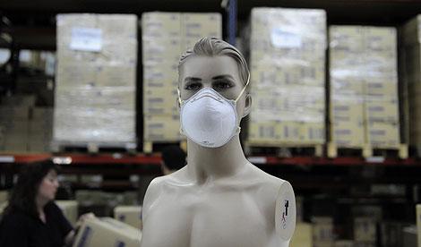 Un maniquí con mascarilla en una fábrica de material sanitario de Cornellá. | AP