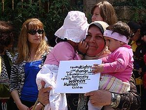 Una libanesa casada con un extranjero, junto a sus hijas. (M.G.P.)