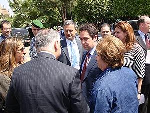 El ministro del Interior, Ziad Baroud, con varios responsables del colectivo. (M.G.P.)