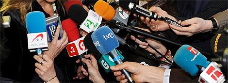 Periodistas españoles preguntan a la ministra de Sanidad Trinidad Jiménez. (Foto: AFP)