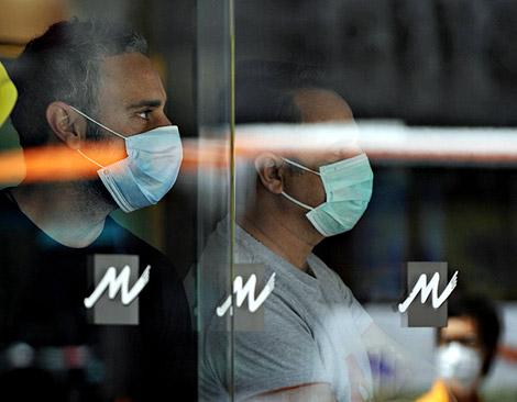 Dos de los huéspedes aislados en el hotel. | AFP