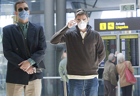 Gente con mascarillas en el aeropuerto de Barajas. | Gonzalo Arroyo