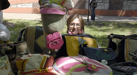 Una artesana con su género en el Jardín de las Artes. | Ical