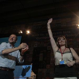 Rajoy aplaude a Estaràs tras su victoria en el último congreso del PP en Baleares.