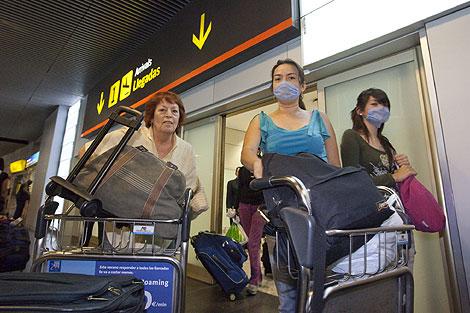 Un grupo de pasajeros provenientes de México, llega a Barajas. | G. Arroyo