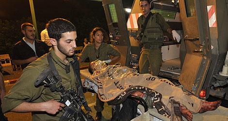 Evacuación de un herido palestino a Israel.   Afp