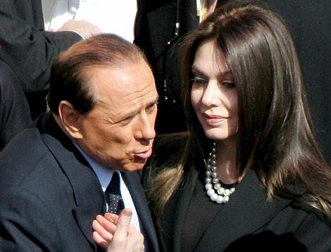 El primer ministro italiano, Silvio Berlusconi (i), junto a su esposa, Veronica Lario, en Roma. | Efe