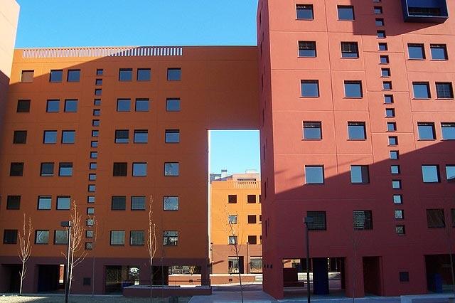 Viviendas diseñadas por Aguinaga y Legorreta en Parque Europa (Carretera Extremadura).