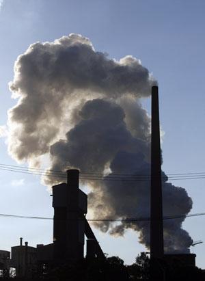 Chimenea de una fábrica cercana a Sydney, Australia. | Reuters