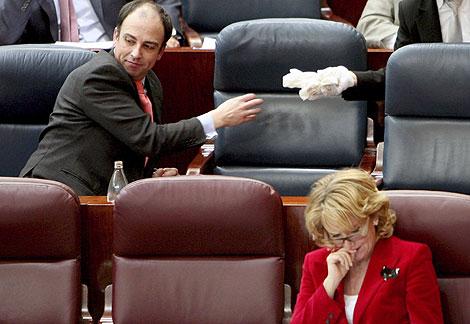 Martín Vasco, en la Asamblea de Madrid, con la presidenta Esperanza Aguirre. | | EL MUNDO