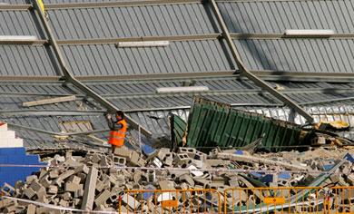 Operarios en los escombros del pabellón derrumbado   Antonio Moreno