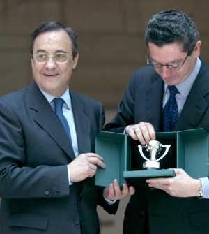 Florentino Pérez entrega al alcalde de Madrid, Ruiz Gallardón, un réplica del trofeo de la Liga, el 23 de junio de 2003 (Foto: Alberto Cuéllar)