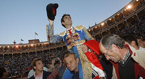 José Tomás sale a hombros de Las Ventas el pasado junio. | Antonio Heredia