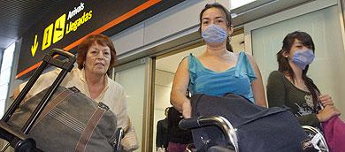 Tres pasajeras llegan al aeropuerto de Barajas. | Gonzalo Arroyo