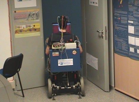 Un voluntario hace pruebas con la silla en la Universidad de Zaragoza. / J. Mínguez
