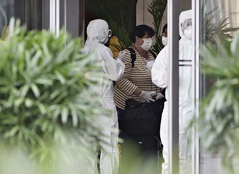 Un pasajero es conducido a un hotel tras aterrizar en el aeropuerto de Shanghai. | Reuters