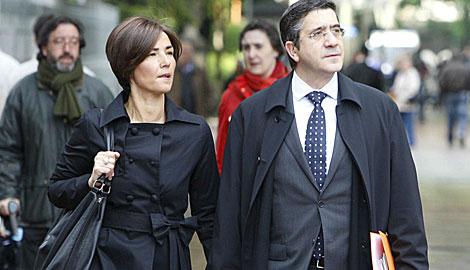 Patxi López llega al Parlamento con su mujer, Begoña Gil. | Iñaki Andrés