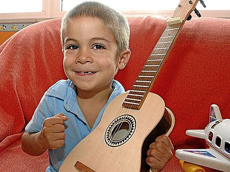 Juanma, de 5 años, con síndrome de Alexander, en su casa. | M. del Mar