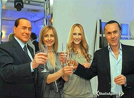 Berlusconi, junto a Noemi Letizia y sus padres en la fiesta. | 'Corriere dell Sera'