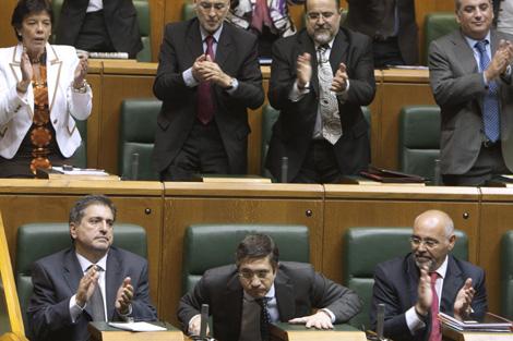 Los miembros del grupo socialista aplauden a López nada más ser elegido lehendakari. | Efe