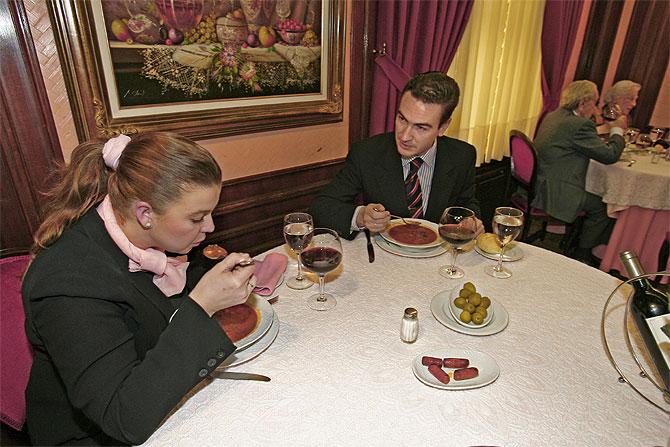 Españoles comiendo. (Foto: Begoña Rivas)