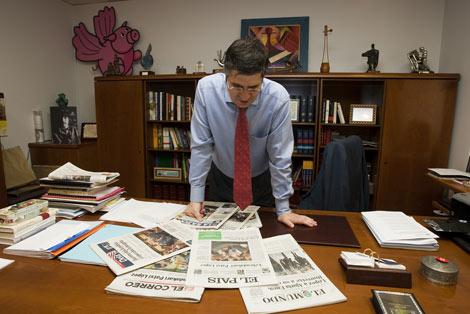 El nuevo lehendakari Patxi López consulta los periódicos del día. | Iñaki Andrés