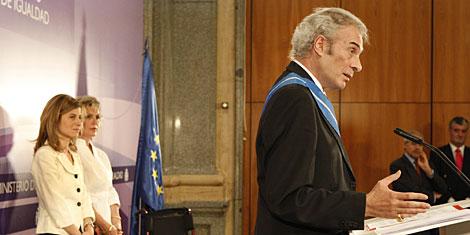 Neira, durante su intervención. A la izda, su esposa y la ministra de Igualdad. | Sergio González