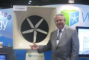 Mark Cironi, presidente de Green Energy Technologies, ante el 'windcube'. | C.F.