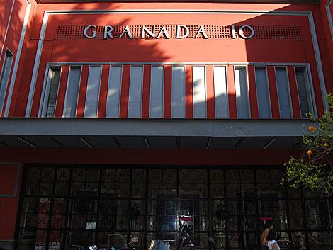 Fachada principal de la discoteca 'Granada 10'. | Jesús G. Hinchado