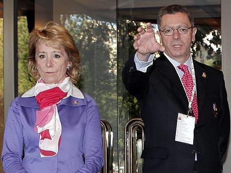Esperanza Aguirre, junto al alcalde de Madrid, Alberto Ruiz-Gallardón, en un acto público reciente. | Reuters