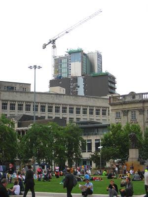 Plaza del centro de Manchester, con una grúa al fondo. | M. M.