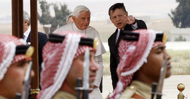 El Papa a su llegada a Ammán. | Reuters
