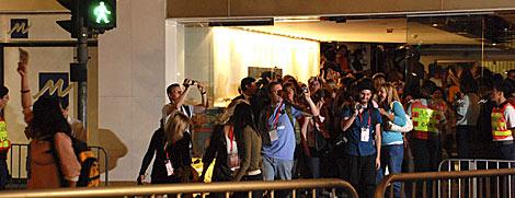Personas en cuarentena abandonando el hotel Metropark. | Efe