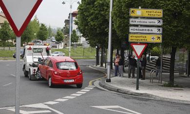 Retiran el vehículo en el que viajaba la mujer fallecida en Irun. | Carlos García