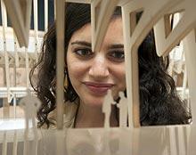 Una visitante contempla el proyecto. | Miguel Rajmil